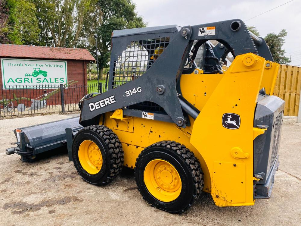 JOHN DEERE 314G SKIDSTEER *YEAR 2016* C/W HYDRAULIC SWEEPER * SEE VIDEO *