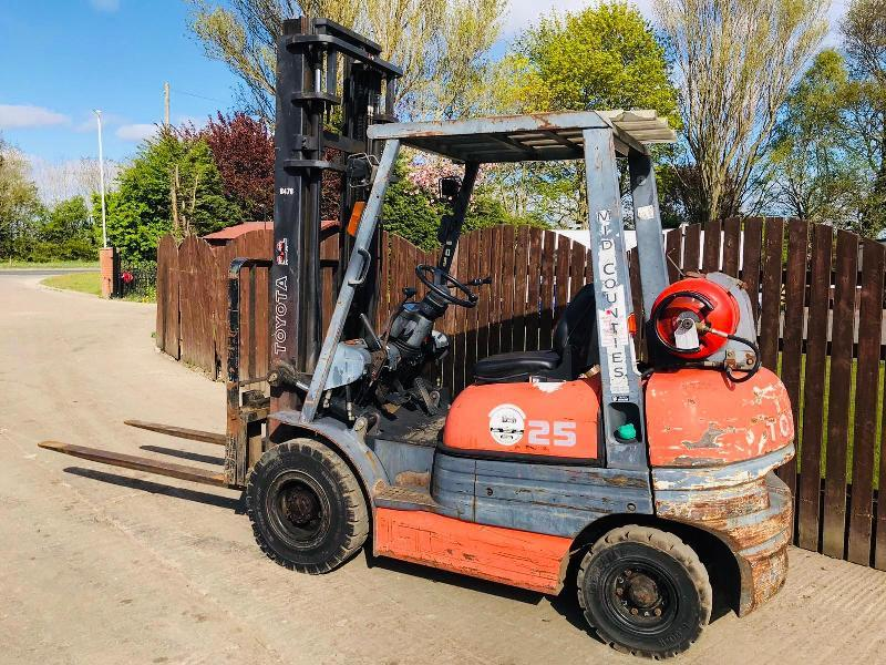 TOYOTA 25 FORKLIFT C/W SIDE SHIFT & 6 FOOT LONG PALLET TINES