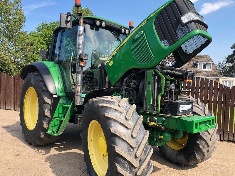 JOHN DEERE 6820 TRACTOR ( YEAR 2006 ) ( PLEASE SEE VIDEO )