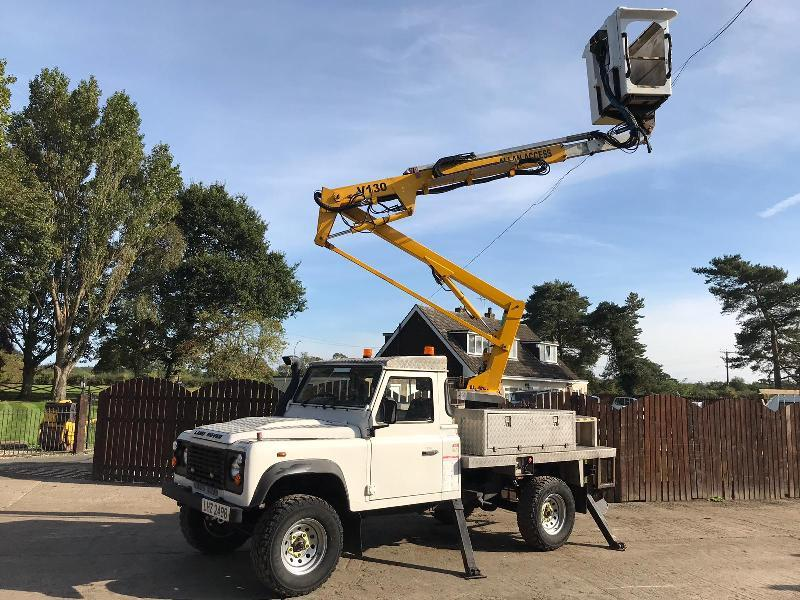 LAND ROVER DEFENDER C/W MAN LIFT & 4 X SUPPORT LEGS