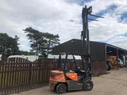 DOOSAN 25 CONTAINER SPEC FORK LIFT ( YEAR 2010 )